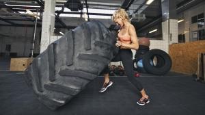 Ejercicio con neumáticos de gran peso, una de las rutinas del entrenamiento Crossfit.