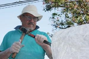 Jorge Cabrera tallando una de sus obras en piedra.