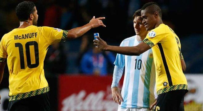 El momento que más repercutió del partido fue cuando un jugador jamaiquino se sacó una selfie con Messi.