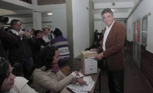 El intendente electo votando en el Instituto San  Martín.