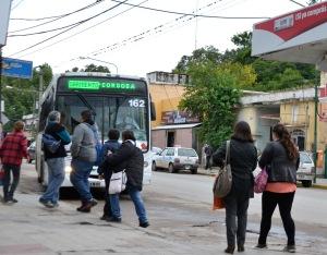 La espera de los colectivos se torna tediosa en cada parada de Sierras Chicas.