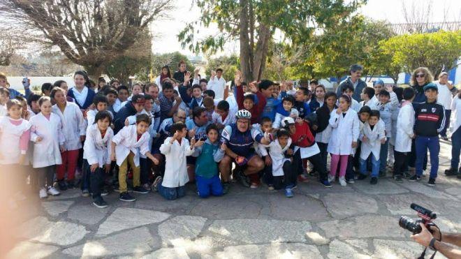 El Cruce por la Educación Argentina es la acción social de 5 amigos, padres de familia, ciudadanos comunes comprometidos, que tienen como propósito elevar el valor fundamental de la Educación en la comunidad.