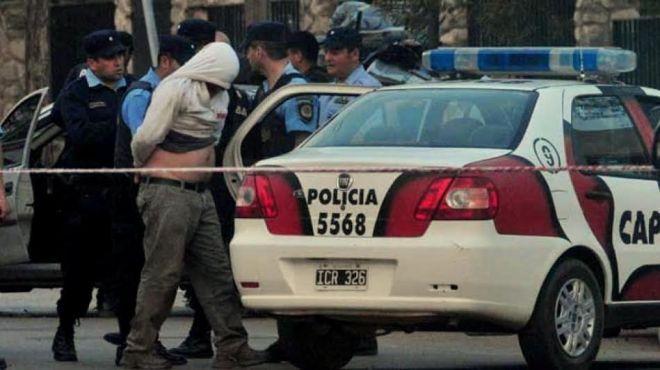 """""""Tenemos dos efectivos con golpes en los miembros inferiores"""", detallaron fuentes policiales que participaron del hecho."""