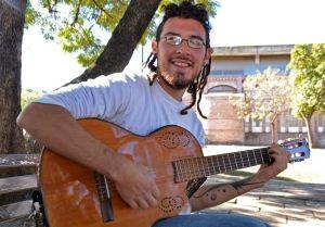 El año pasado Franco recibió esa guitarra de regalo, la cuida con recelo y la trata con mucha delicadeza.