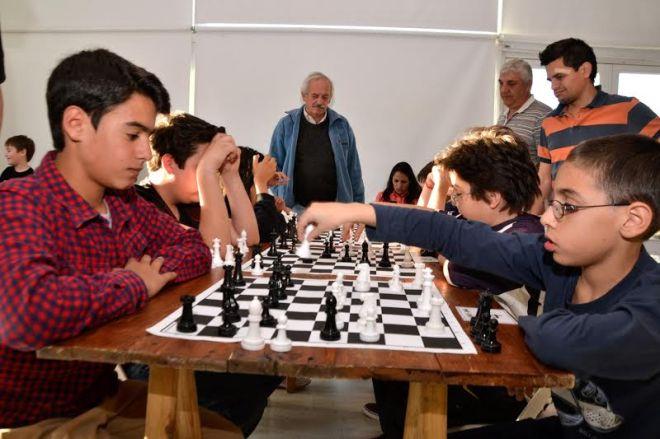 """101 jugadores, contando desde los más chicos hasta los más grandes, participaron del 2° Torneo de Ajedrez """"Maestra Edith Soppe"""" en la ciudad de Unquillo."""
