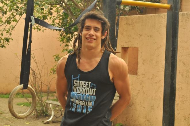 Julián entrena todos los días, ya sea en su casa, en el polideportivo o en el gimnasio donde da clases con el sueño de convertirse en un deportista profesional.